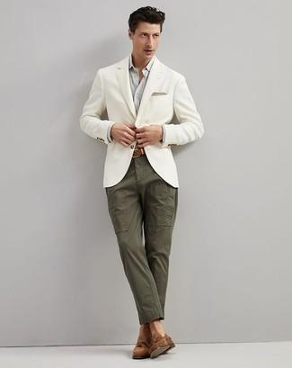 Combinar una camisa de manga larga: La versatilidad de una camisa de manga larga y un pantalón chino verde oliva los hace prendas en las que vale la pena invertir. Elige un par de mocasín con borlas de ante marrón para mostrar tu inteligencia sartorial.