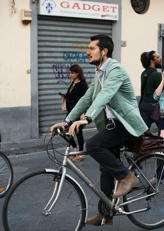 Outfits hombres en clima cálido: Equípate un blazer en verde menta junto a un pantalón chino negro para crear un estilo informal elegante. Botas safari de ante marrón claro son una opción perfecta para complementar tu atuendo.