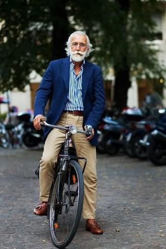 Look de moda: Mocasín con borlas de cuero marrón, Pantalón chino marrón claro, Camisa de manga larga de rayas verticales azul, Blazer azul marino
