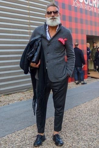 Combinar un pantalón chino de lana en gris oscuro: Considera ponerse un blazer de lana gris y un pantalón chino de lana en gris oscuro para después del trabajo. ¿Por qué no ponerse zapatos derby de cuero azul marino a la combinación para dar una sensación más clásica?