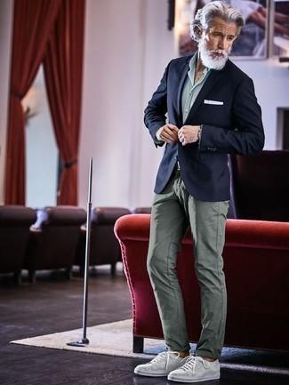 Combinar un pantalón chino en verde menta en clima cálido: Usa un blazer azul marino y un pantalón chino en verde menta para un lindo look para el trabajo. ¿Quieres elegir un zapato informal? Elige un par de tenis de lona grises para el día.
