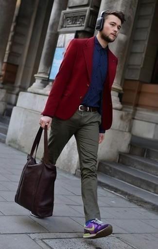 Combinar un blazer burdeos: Utiliza un blazer burdeos y un pantalón chino verde oliva para lograr un estilo informal elegante. Deportivas violeta claro añadirán interés a un estilo clásico.