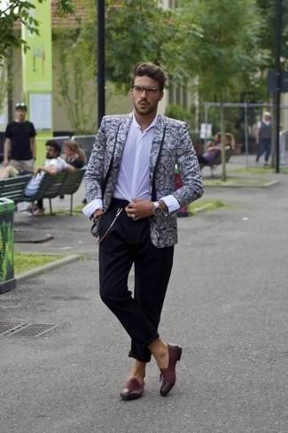 Combinar un mocasín de cuero burdeos: Intenta combinar un blazer con print de flores en azul marino y blanco junto a un pantalón chino negro para un lindo look para el trabajo. Con el calzado, sé más clásico y opta por un par de mocasín de cuero burdeos.