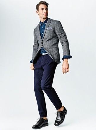 Combinar una camisa de manga larga de cambray azul marino: Para un atuendo que esté lleno de caracter y personalidad equípate una camisa de manga larga de cambray azul marino con un pantalón chino azul marino. ¿Te sientes valiente? Completa tu atuendo con zapatos brogue de cuero negros.