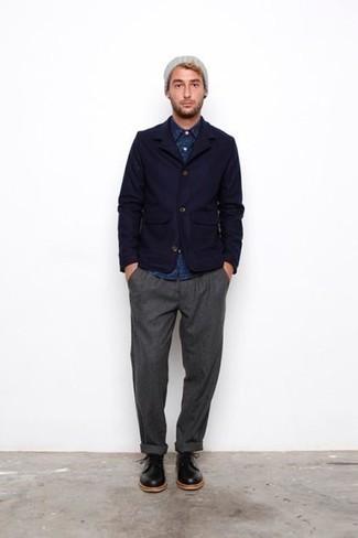 Combinar una camisa de manga larga de cambray azul marino: Elige una camisa de manga larga de cambray azul marino y un pantalón chino gris para un look diario sin parecer demasiado arreglada. ¿Te sientes valiente? Opta por un par de zapatos derby de cuero negros.