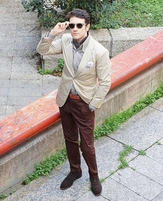 Combinar unos zapatos oxford de ante en marrón oscuro: Intenta ponerse un blazer en beige y un pantalón chino marrón para crear un estilo informal elegante. Zapatos oxford de ante en marrón oscuro levantan al instante cualquier look simple.