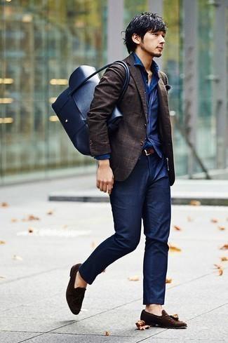 Combinar un pañuelo de bolsillo azul marino: Un blazer a cuadros en marrón oscuro y un pañuelo de bolsillo azul marino son una opción incomparable para el fin de semana. Mocasín con borlas de ante en marrón oscuro dan un toque chic al instante incluso al look más informal.
