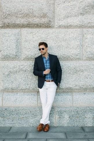 Combinar unos zapatos derby de cuero marrónes: Opta por un blazer azul marino y un pantalón chino blanco para después del trabajo. Elige un par de zapatos derby de cuero marrónes para mostrar tu inteligencia sartorial.