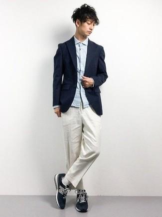 Combinar una camisa de manga larga celeste: Elige una camisa de manga larga celeste y un pantalón chino blanco para conseguir una apariencia relajada pero elegante. Haz este look más informal con deportivas azul marino.