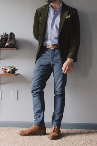 Combinar un pantalón chino azul marino para hombres de 30 años: Esta combinación de un blazer de pana verde oliva y un pantalón chino azul marino es perfecta para una salida nocturna u ocasiones casuales elegantes. Botas casual de ante marrónes son una opción incomparable para complementar tu atuendo.