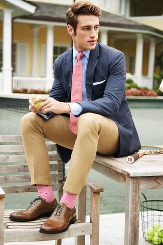Look de moda: Zapatos brogue de cuero marrónes, Pantalón chino marrón claro, Camisa de manga larga celeste, Blazer de algodón azul marino