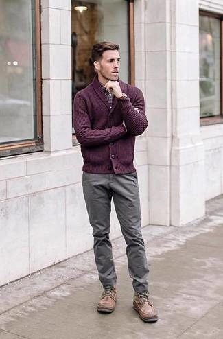 Cómo combinar: botas casual de cuero marrónes, pantalón chino gris, camisa de manga larga de cuadro vichy burdeos, cárdigan con cuello chal morado