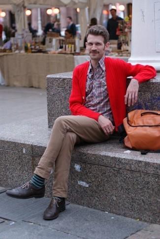 Cómo combinar: zapatos brogue de cuero en marrón oscuro, pantalón chino marrón, camisa de manga larga de tartán roja, cárdigan rojo