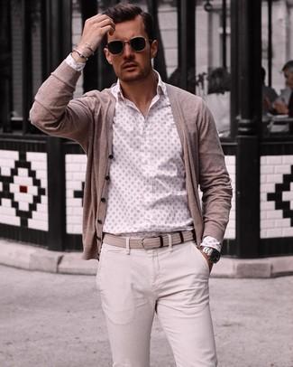 Cómo combinar: correa de lona tejida en beige, pantalón chino en beige, camisa de manga larga estampada blanca, cárdigan en beige
