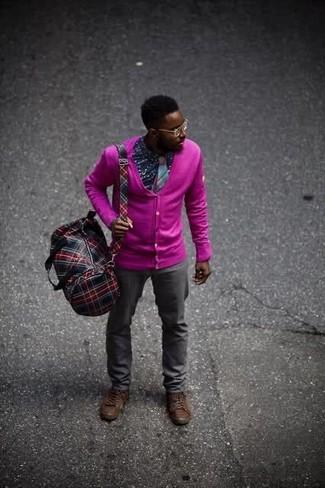 Cómo combinar: botas casual de cuero en marrón oscuro, pantalón chino en gris oscuro, camisa de manga larga estampada azul marino, cárdigan rosa