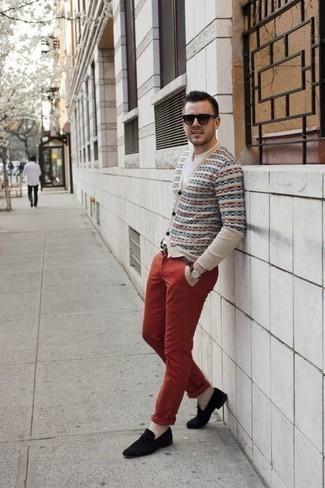 Combinar un pantalón chino rojo: Empareja un cárdigan de grecas alpinos en beige con un pantalón chino rojo para conseguir una apariencia relajada pero elegante. Elige un par de mocasín de terciopelo negro para mostrar tu inteligencia sartorial.