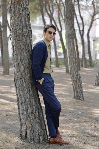 Combinar un cárdigan azul marino en clima cálido: Para crear una apariencia para un almuerzo con amigos en el fin de semana elige un cárdigan azul marino y un pantalón chino azul marino. Dale un toque de elegancia a tu atuendo con un par de zapatos brogue de cuero en tabaco.