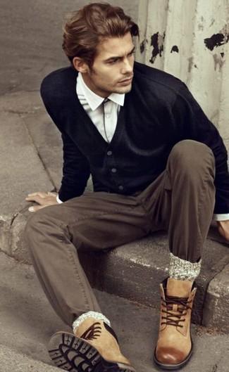 Cómo combinar: botas casual de cuero marrón claro, pantalón chino marrón, camisa de manga larga blanca, cárdigan negro