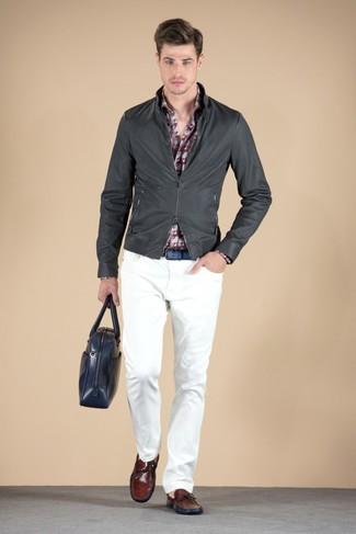 Cómo combinar: mocasín de cuero burdeos, pantalón chino blanco, camisa de manga larga estampada burdeos, cazadora de aviador de cuero en gris oscuro