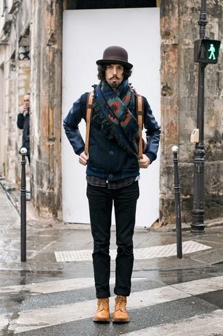 Cómo combinar: botas casual de cuero marrón claro, pantalón chino negro, camisa de manga larga de tartán azul marino, cazadora de aviador de cuero azul marino