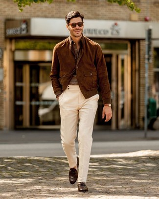 Cómo combinar: mocasín de cuero en marrón oscuro, pantalón chino blanco, camisa de manga larga de lino marrón, cazadora de aviador de ante marrón