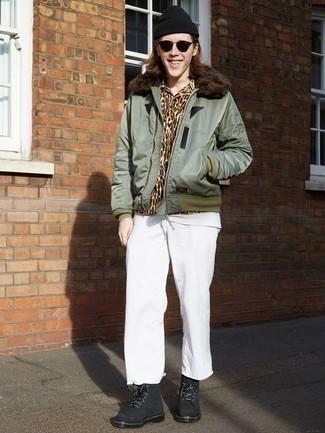 Combinar una camisa de manga larga marrón estilo casual elegante: Equípate una camisa de manga larga marrón junto a un pantalón chino blanco para cualquier sorpresa que haya en el día. ¿Te sientes valiente? Opta por un par de botas casual de ante negras.