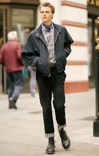 Combinar una cazadora de aviador en gris oscuro: Para un atuendo que esté lleno de caracter y personalidad considera ponerse una cazadora de aviador en gris oscuro y un pantalón chino negro. Con el calzado, sé más clásico y completa tu atuendo con botas casual de cuero negras.