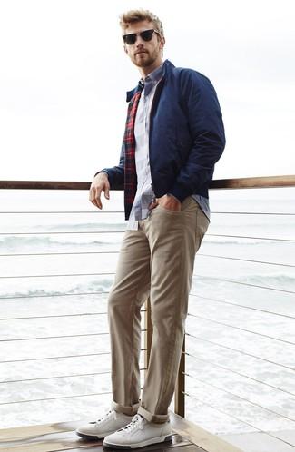 Cómo combinar: tenis de cuero blancos, pantalón chino en beige, camisa de manga larga de tartán en blanco y azul marino, cazadora harrington azul marino