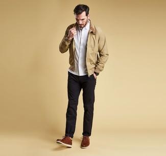 Cómo combinar: zapatos derby de cuero marrónes, pantalón chino negro, camisa de manga larga blanca, cazadora harrington marrón claro