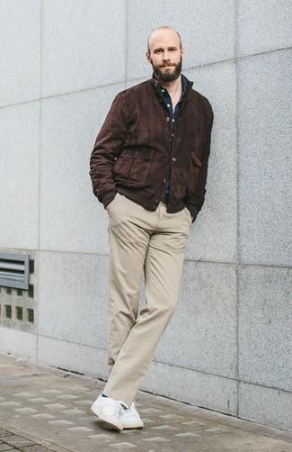 Combinar una cazadora harrington de ante en marrón oscuro: Usa una cazadora harrington de ante en marrón oscuro y un pantalón chino en beige para una apariencia fácil de vestir para todos los días. Tenis blancos añadirán interés a un estilo clásico.