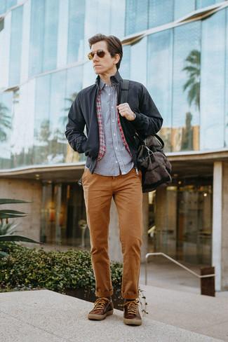 Combinar una chaqueta: Ponte una chaqueta y un pantalón chino en tabaco para una apariencia fácil de vestir para todos los días. ¿Quieres elegir un zapato informal? Opta por un par de tenis de cuero marrónes para el día.