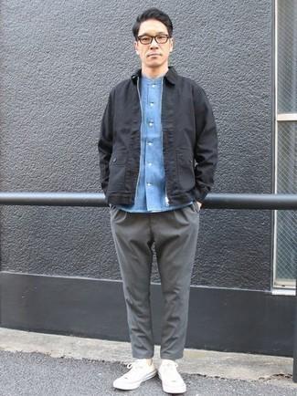 Combinar una cazadora harrington negra: Haz de una cazadora harrington negra y un pantalón chino gris tu atuendo para lidiar sin esfuerzo con lo que sea que te traiga el día. Si no quieres vestir totalmente formal, opta por un par de tenis de lona blancos.