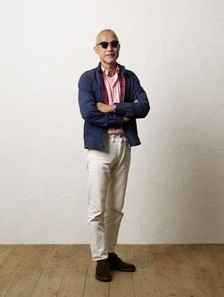 Unas botas safari de vestir con un pantalón chino blanco: Elige una cazadora harrington azul marino y un pantalón chino blanco para una apariencia fácil de vestir para todos los días. Botas safari son una opción perfecta para completar este atuendo.