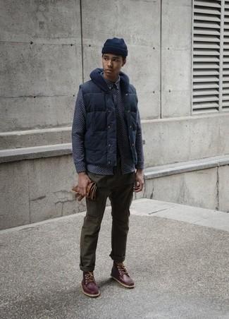 Cómo combinar: botas de trabajo de cuero en marrón oscuro, pantalón chino verde oliva, camisa de manga larga estampada azul marino, chaleco de abrigo azul marino