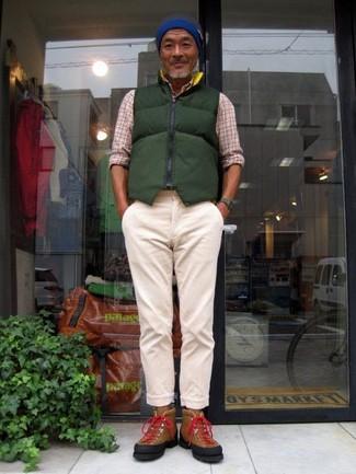 Cómo combinar: zapatillas altas de ante marrónes, pantalón chino en beige, camisa de manga larga de tartán en beige, chaleco de abrigo acolchado verde oscuro