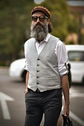 Cómo combinar: gorra inglesa marrón, pantalón chino en gris oscuro, camisa de manga larga a lunares blanca, chaleco de vestir gris