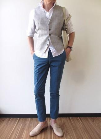 Combinar un mocasín de ante en beige: Emparejar un chaleco de vestir gris junto a un pantalón chino azul es una opción grandiosa para una apariencia clásica y refinada. Mocasín de ante en beige son una opción inmejorable para complementar tu atuendo.