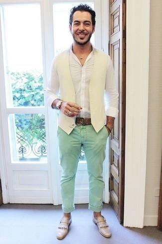 Combinar un pantalón chino en verde menta en clima cálido: Intenta ponerse un chaleco de vestir blanco y un pantalón chino en verde menta para rebosar clase y sofisticación. Este atuendo se complementa perfectamente con mocasín de cuero сon flecos en beige.