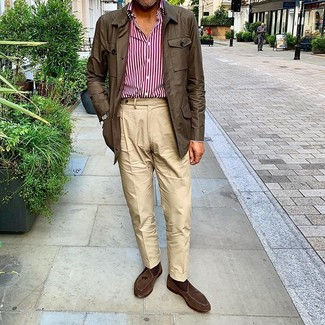 Cómo combinar: mocasín con borlas de ante en marrón oscuro, pantalón chino en beige, camisa de manga larga de rayas verticales en blanco y rojo, chaqueta campo en marrón oscuro