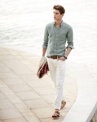 Cómo combinar: sandalias de cuero marrón claro, pantalón chino en beige, camisa de manga larga de lino en verde menta, chaqueta con cuello y botones en beige