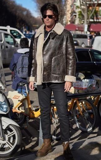 Combinar una chaqueta de piel de oveja en marrón oscuro: Empareja una chaqueta de piel de oveja en marrón oscuro con un pantalón chino negro para conseguir una apariencia relajada pero elegante. Botas casual de cuero marrónes son una opción incomparable para completar este atuendo.