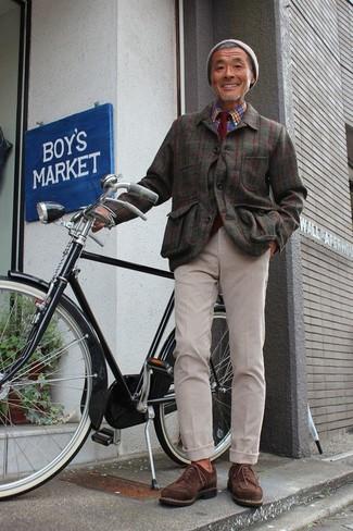 Cómo combinar: zapatos derby de ante en marrón oscuro, pantalón chino en beige, camisa de manga larga de tartán azul, chaqueta estilo camisa de franela a cuadros verde oliva