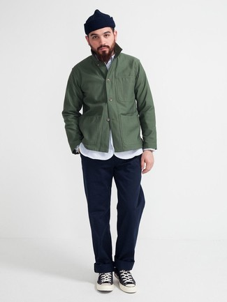 Cómo combinar: zapatillas altas de lona en negro y blanco, pantalón chino azul marino, camisa de manga larga de cambray celeste, chaqueta estilo camisa verde oscuro