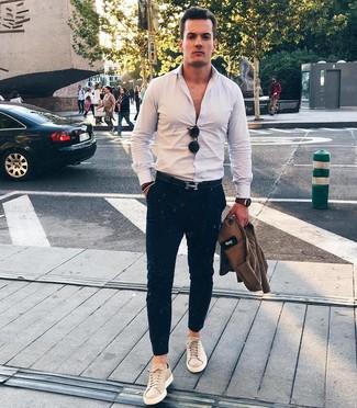 Cómo combinar: tenis de cuero en beige, pantalón chino azul marino, camisa de manga larga blanca, chaqueta estilo camisa marrón
