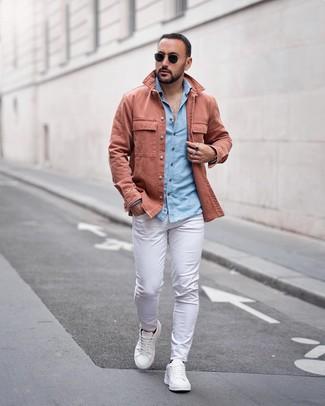 Cómo combinar: tenis de cuero blancos, pantalón chino blanco, camisa de manga larga de cambray celeste, chaqueta estilo camisa rosada