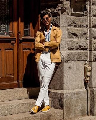 Cómo combinar: tenis de ante amarillos, pantalón chino blanco, camisa de manga larga celeste, chaqueta estilo camisa marrón claro