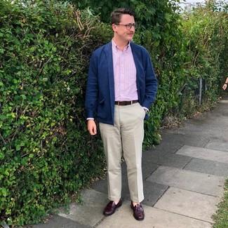 Cómo combinar un pantalón chino con un mocasín con borlas: Elige una chaqueta estilo camisa de lana azul marino y un pantalón chino para crear un estilo informal elegante. ¿Te sientes valiente? Haz mocasín con borlas tu calzado.