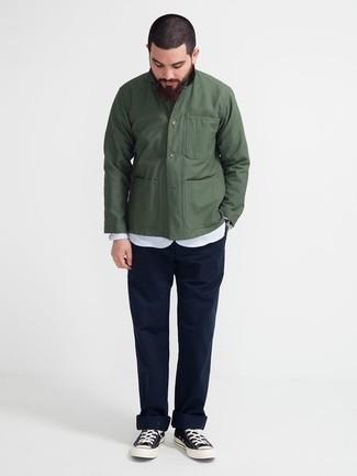 Combinar una chaqueta estilo camisa verde oscuro: Si buscas un look en tendencia pero clásico, ponte una chaqueta estilo camisa verde oscuro y un pantalón chino azul marino. ¿Quieres elegir un zapato informal? Completa tu atuendo con tenis de lona en azul marino y blanco para el día.