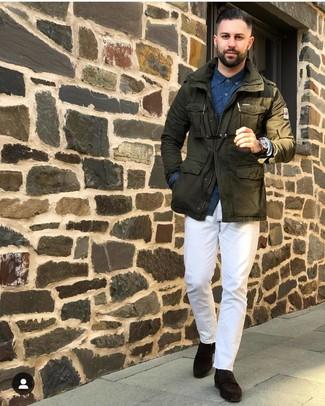 Cómo combinar: mocasín de ante en marrón oscuro, pantalón chino blanco, camisa de manga larga estampada azul marino, chaqueta militar verde oliva