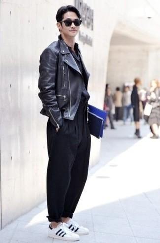 Outfits hombres en otoño 2020: Ponte una chaqueta motera de cuero negra y un pantalón chino negro para conseguir una apariencia relajada pero elegante. Tenis de lona en blanco y negro son una opción excelente para completar este atuendo. Un look espectacular para llevarlo en jornadas en otoño.